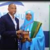 Daawo : Gabadh Reer Somaliland Ah Oo Buug Gudoonsiyey Raysal Wasaaraha Somaliya
